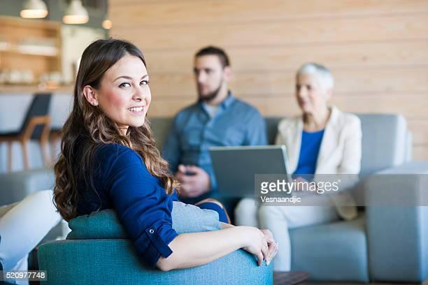 Geschäftsleute arbeiten mit Laptop im Café