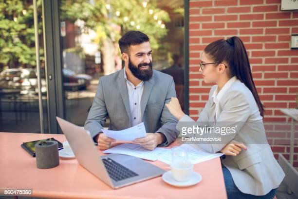 ビジネス人々 一緒に仕事とのカフェでの会話