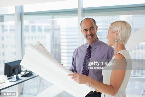Hommes d'affaires travaillant ensemble dans le bureau
