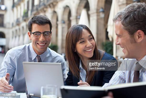 Pessoas de negócios, trabalhando juntos no Café Esplanada