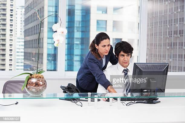 Pessoas de negócios, trabalhando juntos no computador