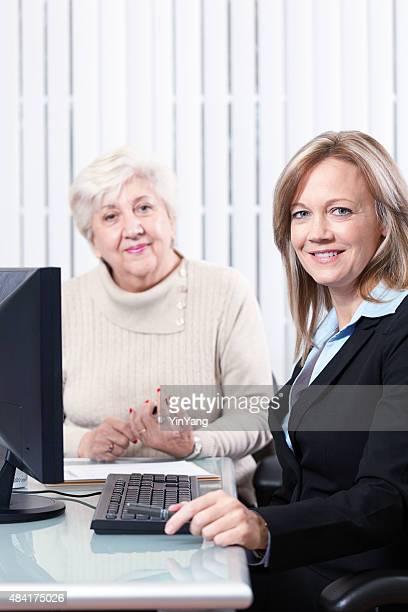 Business Professional Frau mit Senior Kunden in Ihrem Büro