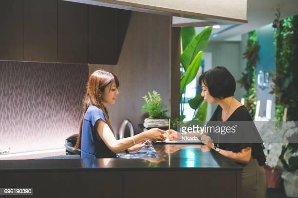 Business-Empfang - Gäste Frau stehend Gruß in lobby