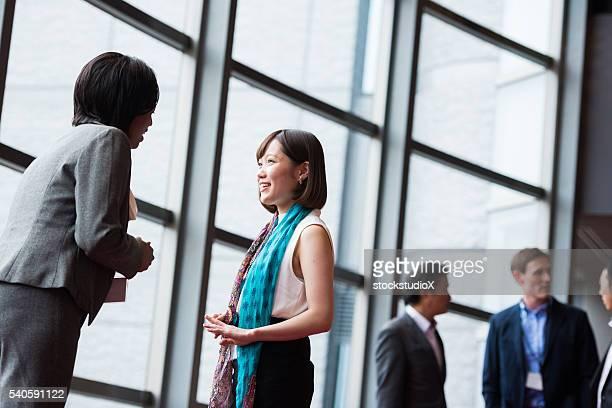 Affaires équipe de consultants dans le hall d'accueil à une conférence
