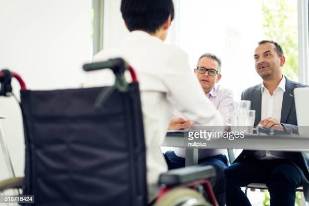 L'équipe ayant une réunion d'affaires