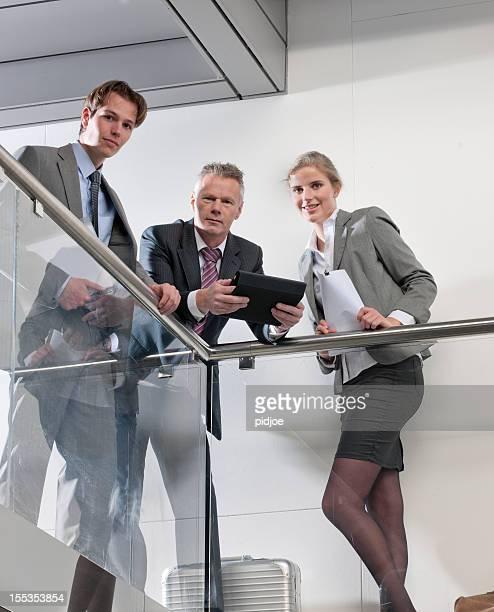 Équipe des affaires dans le corridor