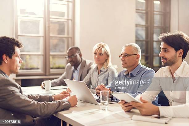 team di Business di un colloquio un uomo per una nuova posizione di lavoro.