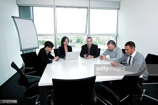 Réunion de l'équipe des affaires dans la salle de conférence