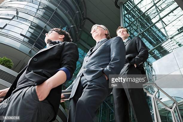 Business Team aus drei Personen außerhalb Moderne Bürogebäude