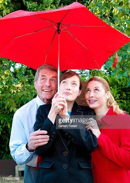 Affaires équipe à l'abri de la pluie