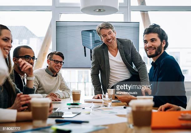 Negócios Equipe de negócios sorridente com colegas depois discusion
