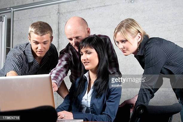 Équipe d'affaires résoudre un problème ensemble sur ordinateur portable