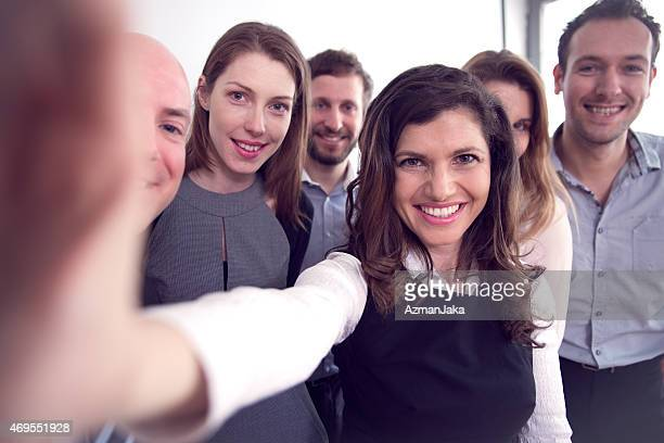 Équipe d'affaires prenant un Selfie dans le bureau