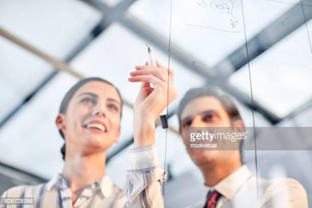 Business-Team Notizen auf Glasplatte