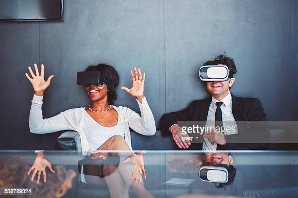 Business-team über virtuelle reality-headset im Büro