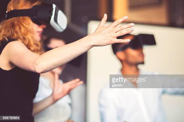 Équipe d'affaires à l'aide de la réalité virtuelle casque au bureau