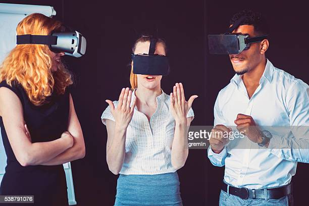 Business-team über virtuelle reality-headset im Büro