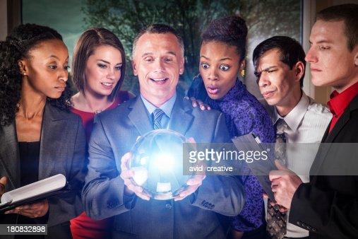 Equipo de negocios con bola de cristal