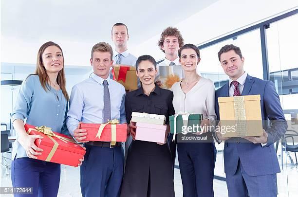 Equipe de negócios com caixas de presente