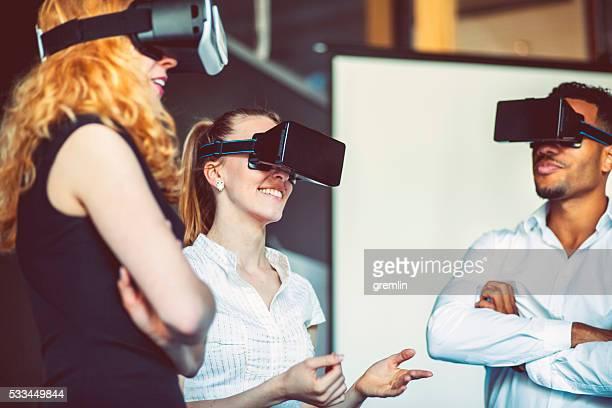 Equipe de negócios com Óculos de realidade virtual, reunião