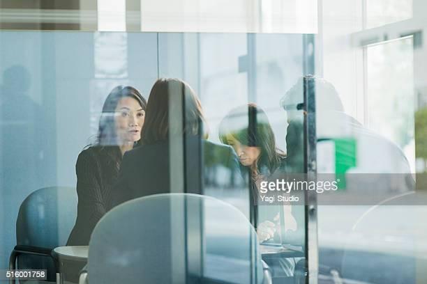 ビジネスチームオフィスで働く