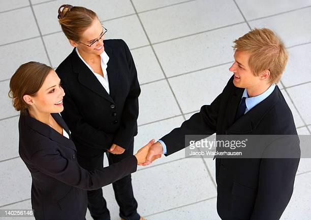Business team bevor Sie eine Tagung mit Hände schütteln