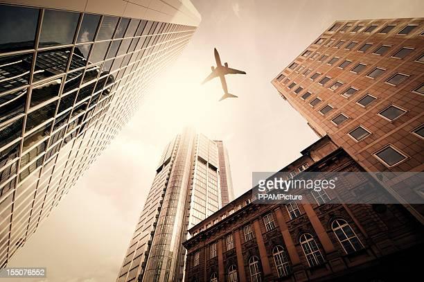 Torri di affari con una silhouette di aeroplano