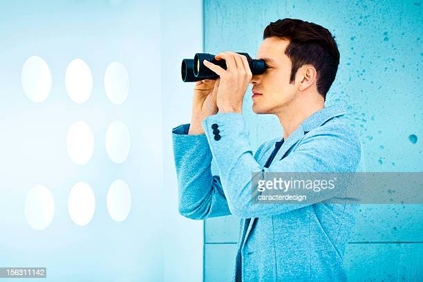 Business vision: Mann hält ein Fernglas