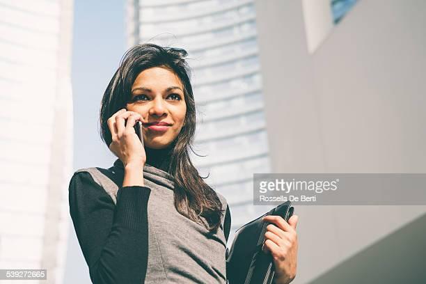 Femme d'affaires, d'immeubles de bureaux à fond