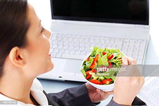 Business-Frau Essen Salat zum Mittagessen.