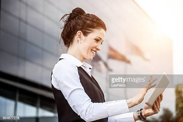 Business-Frau, die Arbeiten auf einem tablet beim Abschluss