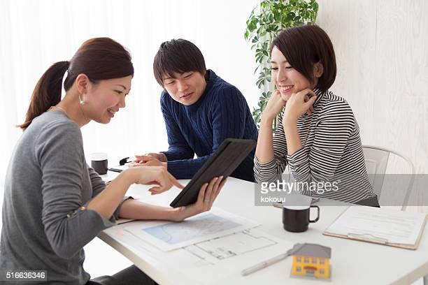ビジネスの女性が販売家のタブレットを使用して、