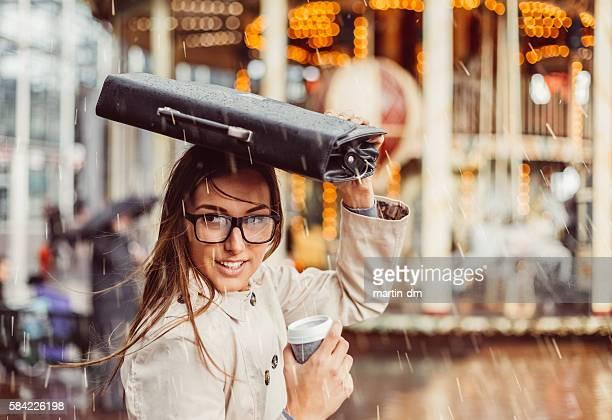 Geschäftsfrau verstecken vom Regen