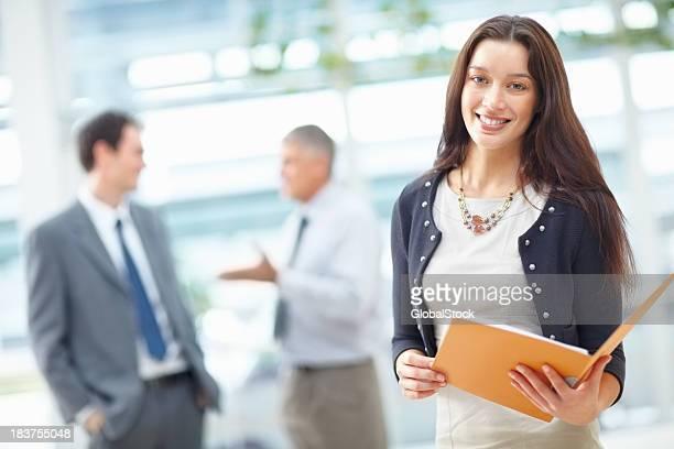 Business Frau hält eine Datei