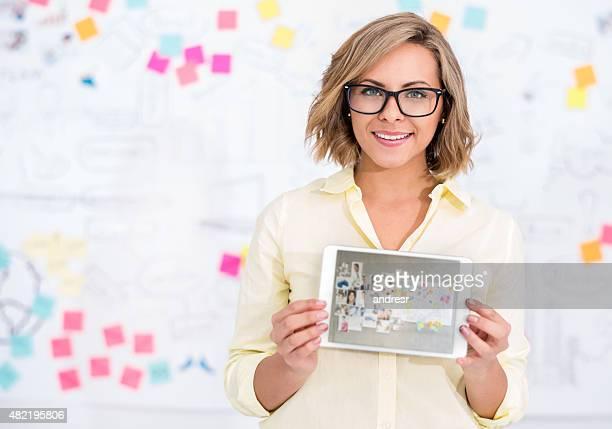 Business-Frau, die einen tablet-computer