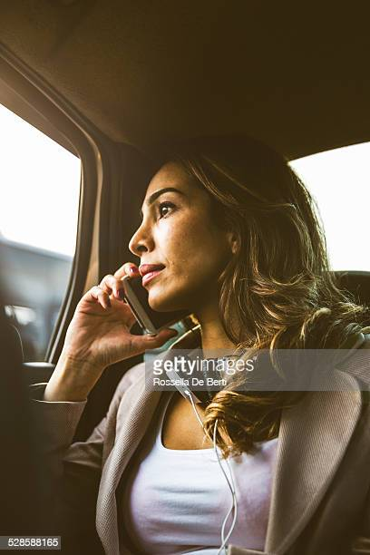 Femme d'affaires dans un Taxi