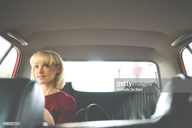 Mujer de negocios en un Taxi