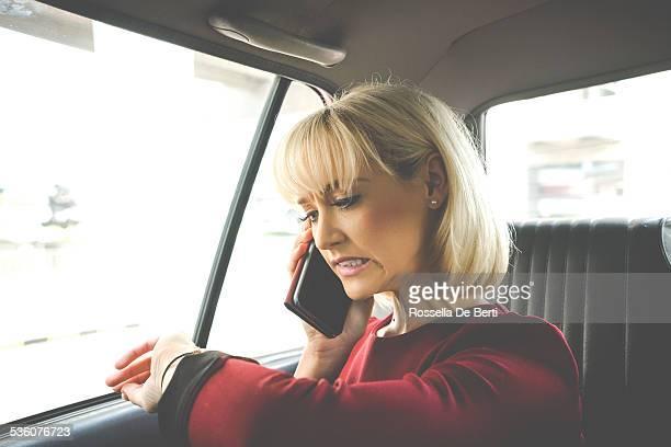 ビジネスの女性は、タクシー、奇妙な顔