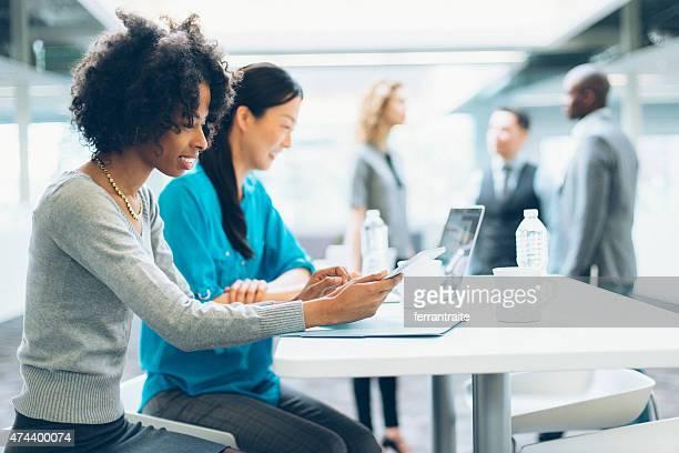 ビジネスの女性が、オフィスでのミーティング