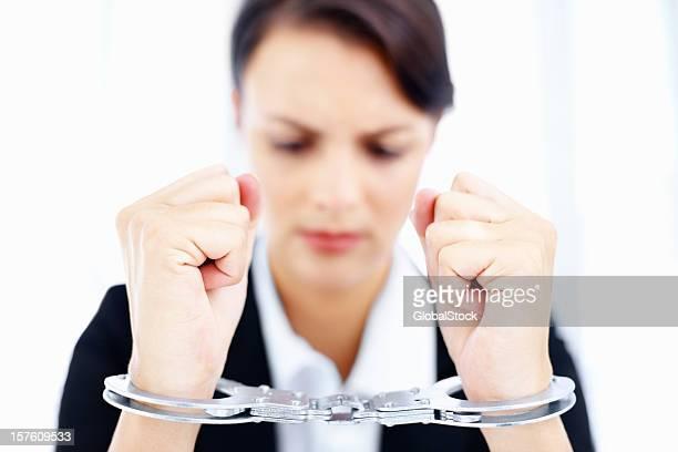 Business-Frau in Handschellen, isoliert auf weiss
