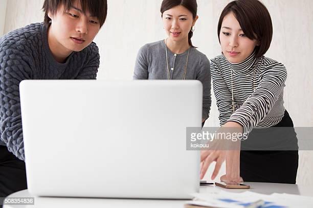 ビジネスの女性は、ノートパソコンを指す