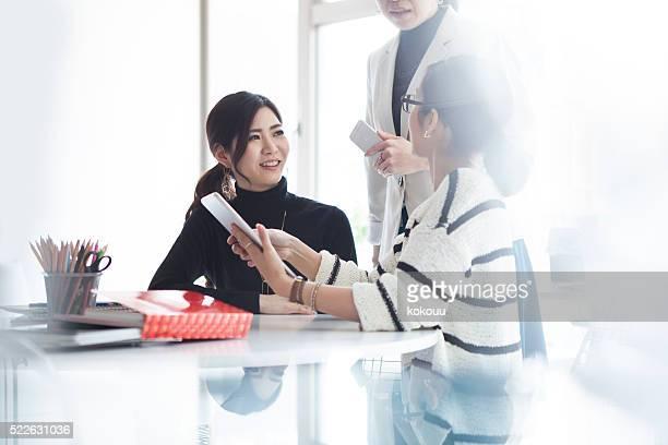 女性実業家を見ているタブレットの現代的なオフィス