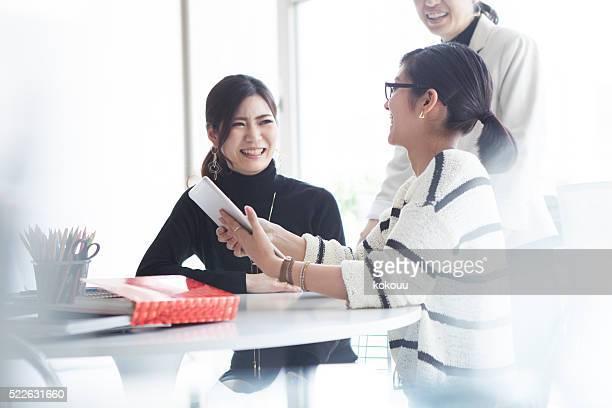 Femme d'affaires de bureau de travail heureux
