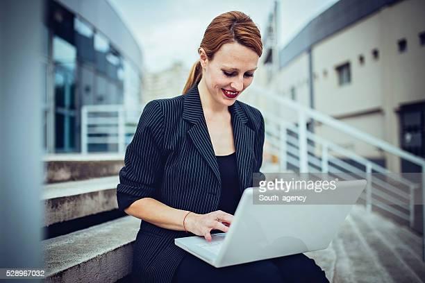Femme d'affaires sur un ordinateur portable