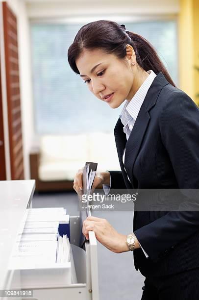 Femme d'affaires posant dans le dossier de placard