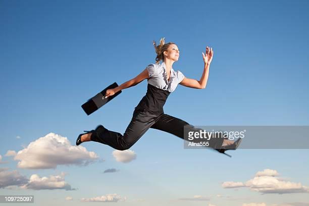 Femme d'affaires de courir dans l'air