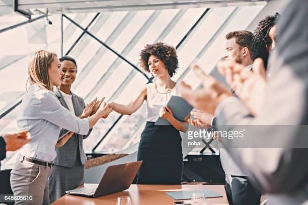 Geschäftsfrau, schütteln Hände im Tagungsraum