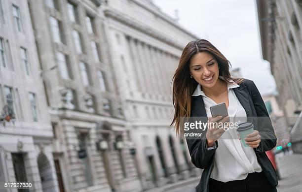 ビジネスの女性が彼女の携帯電話のリラクゼーション