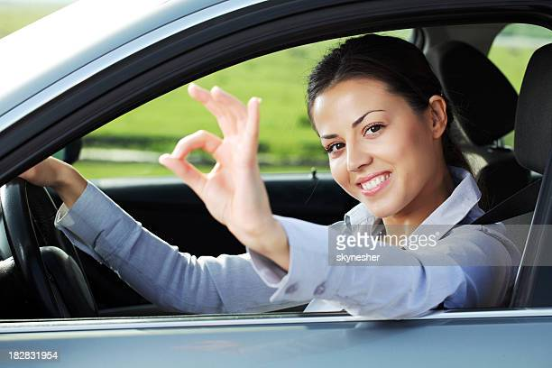 Business-Frau im Auto Fenster zeigt ok.