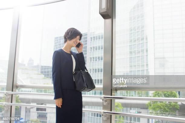 Femme d'affaires, à l'aide de son téléphone portable.